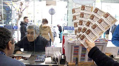 Una persona compra un décimo en una administración de lotería de Navidad en Bilbao.