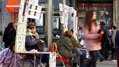 Vendedoras ambulantes de Lotería del Navidad en la madrileña Puerta de Sol