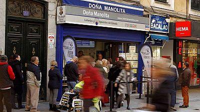 Cola para comprar Lotería de Navidad en Doña Manolita