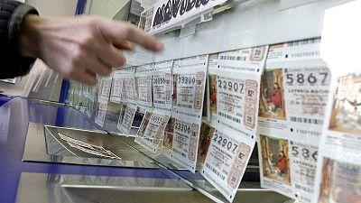 Una mujer comprando un décimo para el sorteo de la Lotería de Navidad