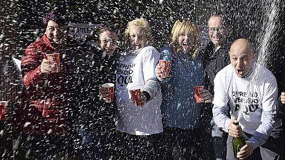 Agraciados de la Lotería de Navidad celebran haber ganado