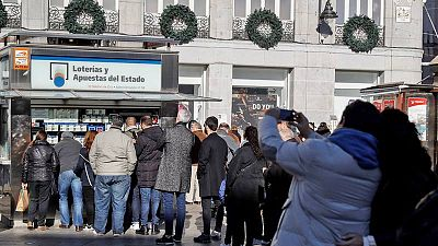 Personas esperando a adquirir Loteria de Navidad