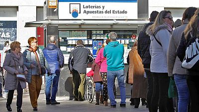 Vista de las colas de gente en una administración de Loterías para comprar los décimos para el sorteo de Lotería de Navidad
