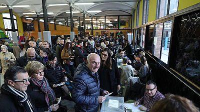 Largas colas para votar en los colegios electorales de Cataluña