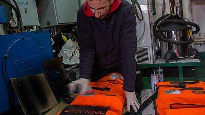 El socorrista argentino Maximiliano Perinetti prepara los chalecos salvavidas a bordo del 'Open Arms', el barco de la ONG de rescate ProActiva