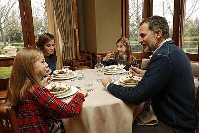 Los reyes y sus hijas comiendo un potaje de verduras que les ha servido doña Letizia. Cabe destacar que la princesa Leonor coge la cuchara con la mano izquierda
