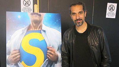 Javier Ruiz Caldera con el cartel de 'Superlópez' en el Salón del Cómic de Barcelona