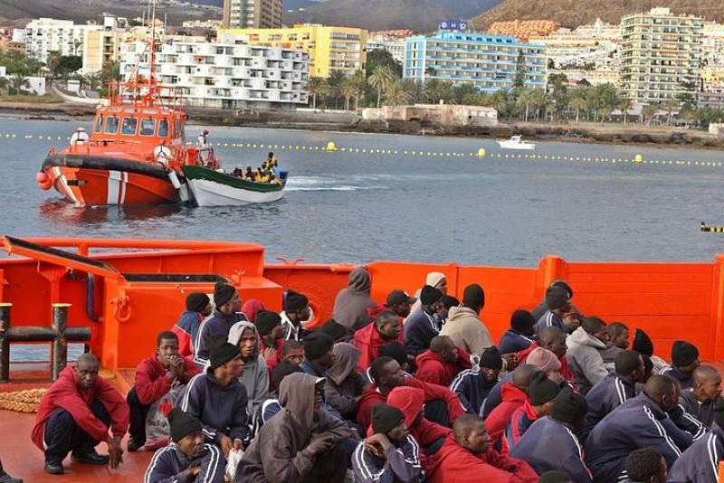 Algunos de los 121 inmigrantes irregulares que viajaban a bordo de los dos cayucos que han arribado hoy al muelle tinerfeño de Los Cristianos tras ser rescatados por Salvamento Marítimo.