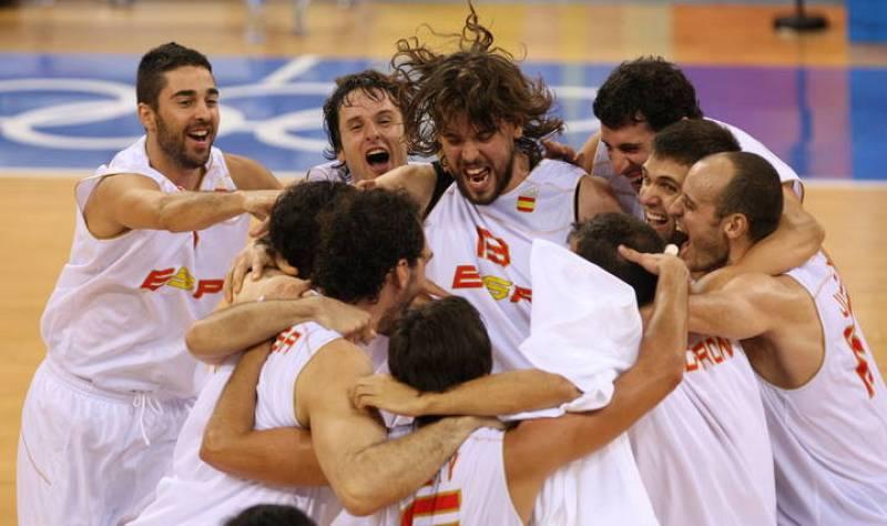 La selección de baloncesto celebra su victoria en la semifinal.