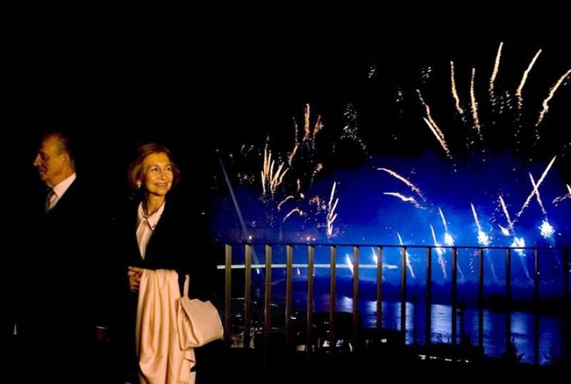 La reina Sofía y el rey Juan Carlos observan los fuegos artificiales desde el Balcón Rainillas, hoy, durante la ceremonia de clausura de la Exposición Internacional de Zaragoza.