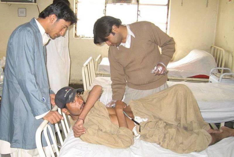 Uno de los heridos del terremoto, procedente de Ziarat, recibe tratamiento médico en un hospital de Quetta.
