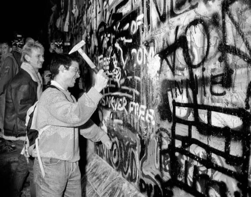 A martillazos contra el muro.