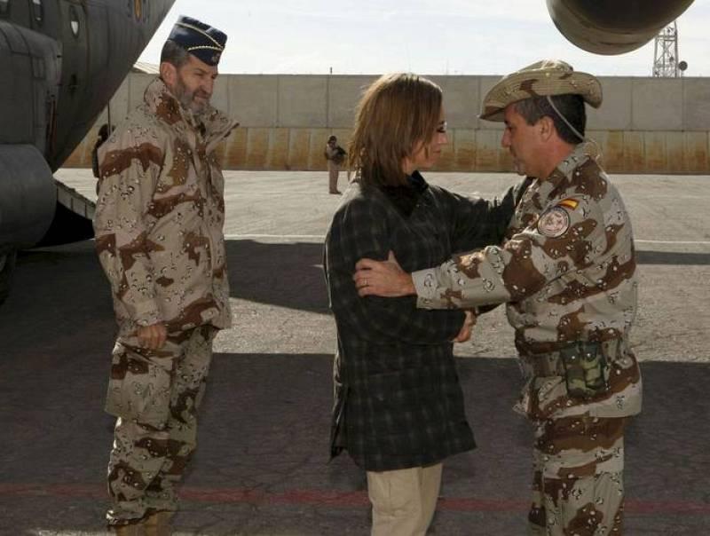 La ministra de Defensa, Carme Chacón, en el momento de su llegada a Afganistán para recabar información sobre el atentado contra las tropas españolas y coordinar la repatriación de los dos militares fallecidos y de tres de los cuatro que resultaron h