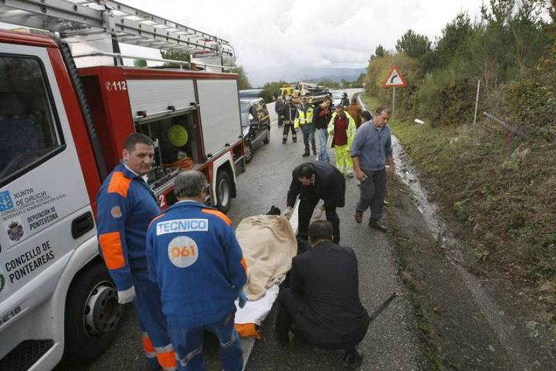 Miembros de los servicios sanitarios retiran de la carretera de Covelo el cadáver de P.G.V., fallecida en accidente de tráfico.
