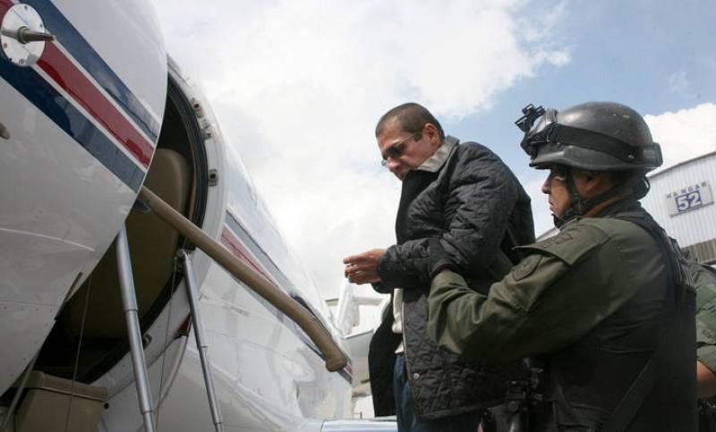 'Don Diego' es ayudado a subir a un avión del Departamento Estadounidense Antidrogas (DEA).
