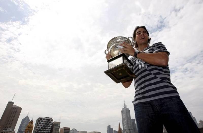 Rafa Nadal posa con su trofeo del Abierto de Australia en Melbourne. Es el sexto 'Grand Slam' de la meteórica carrera del número uno.