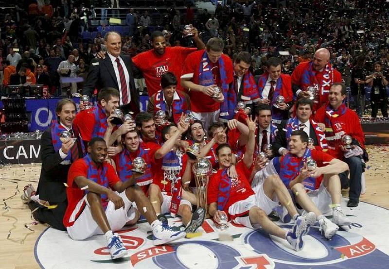 Los jugadores del Tau Cerámica celebran la victoria tras el partido, correspondiente a la final de la Copa del Rey de Baloncesto, disputado ante el Unicaja esta tarde en el Palacio de los Deportes de Madrid.