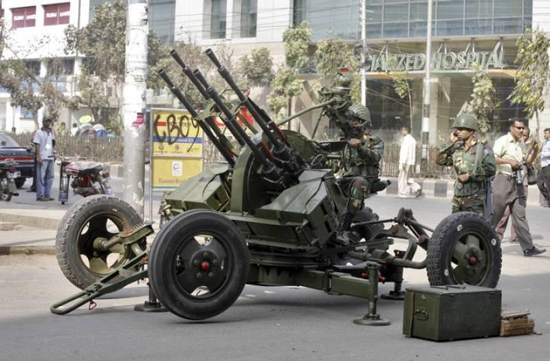 Un arma de artillería frente a la sede paramilitar de los Rifles de Bangladesh en Dhaka.
