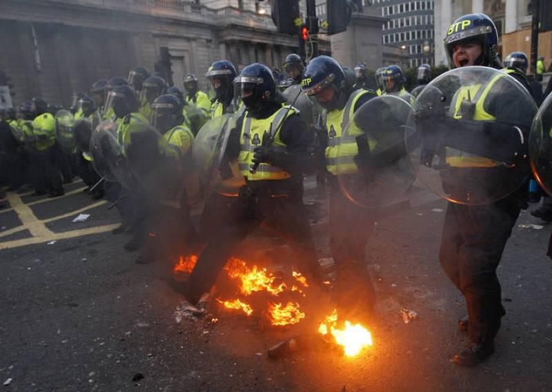 La policía intenta evitar el fuego en la manifestación contra el G-20