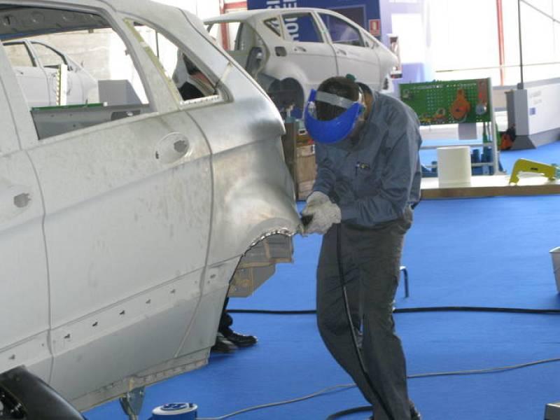 Una de las pruebas de las Olimpiadas de FP es arreglar la carrocería de un coche.
