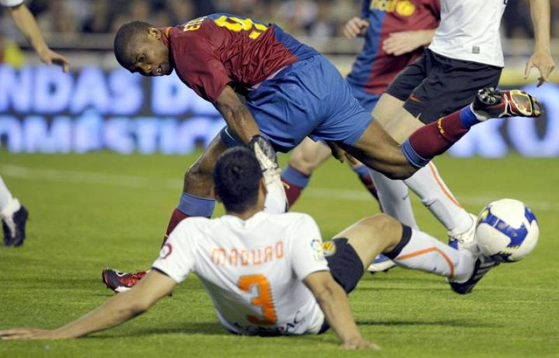 Eto'o disputa el balón con el jugador del Valencia Maduro.