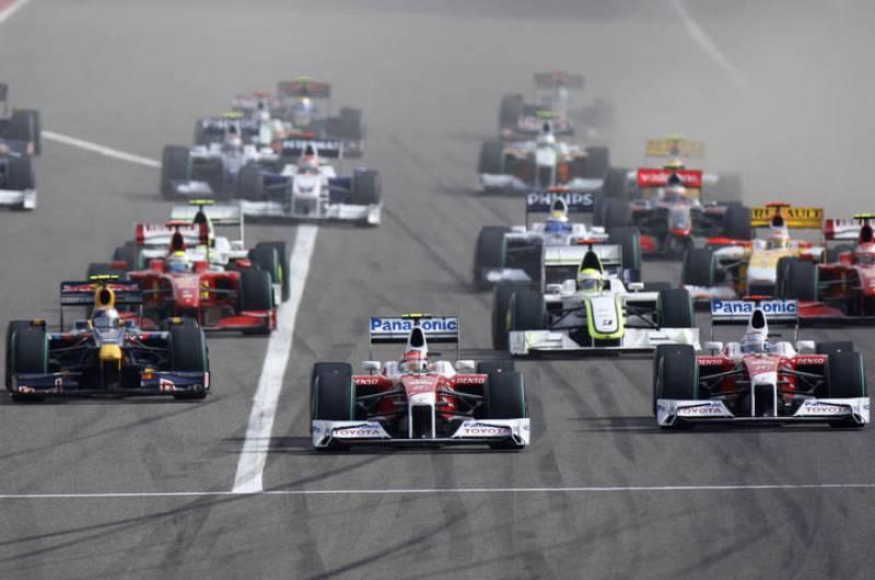 Imagen de la salida del Grabn premio de Bahrein con el piloto de Toyota Timo Glock en cabeza.