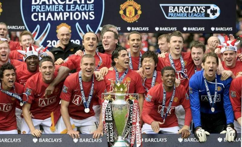 La plantilla del United se hace la foto oficial del campeón de la Premier 2009.
