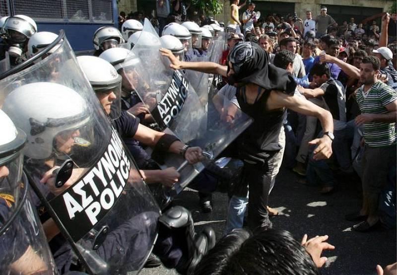 ENFRENTAMIENTOS ENTRE INMIGRANTES MUSULMANES Y LA POLICÍA EN ATENAS