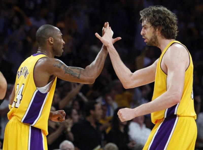 Los jugadores de los Ángeles Lakers, Kobe Bryant y Pau Gasol chocan los cinco durante el primer partido de la final de la NBA, frente a Orlando Magic.