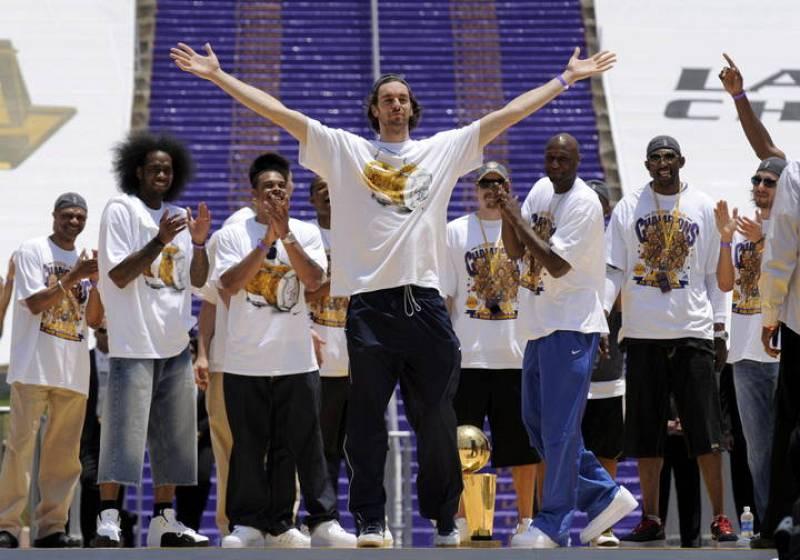 Pau Gasol celebra el anillo de la NBA