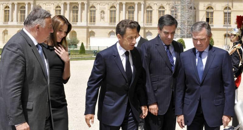 El presidente francés, Nicolas Sarkozy, y la primera dama, Carla Bruni, llegan al Palacio de Versalles donde se va a celebrar un discurso especial ante las cámaras del Parlamento.