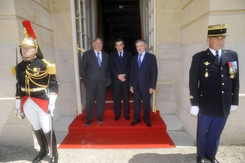 El Primer Ministro francés Fillon, el presidente del Senado Larcher y el presidente de la Asamblea Nacional Accoyer esperan a la puerta del palacio la llegada del presidente francés.