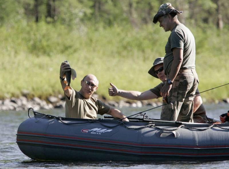El primer ministro ruso muestra un pez que pescó en el río Yenisei, en Siberia, durante una jornada de pesca con el príncipe Alberto de Mónaco en 2007.