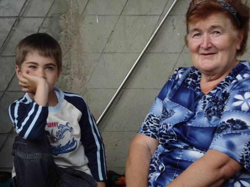 Dan Caluguranu y su abuela Antonina en su casa de Floreni. Hace cuatro años que Dan, de 7 años, no ve a sus padres, que emigraron a Francia en busca de trabajo.