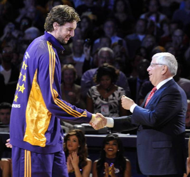 Pau Gasol recibe el anillo de campeón de la NBA de manos de David Stern.