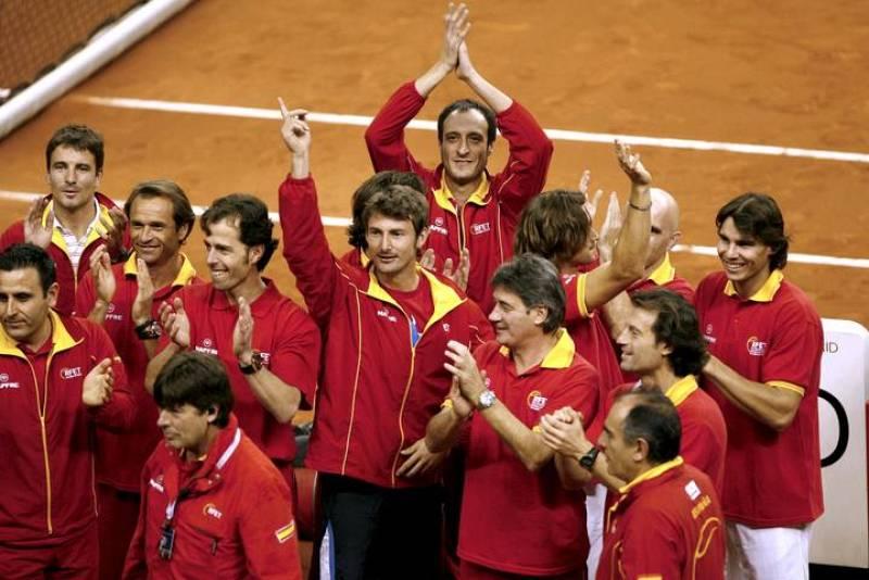 El equipo español al completo celebra el triunfo en la final de la Copa Davis.
