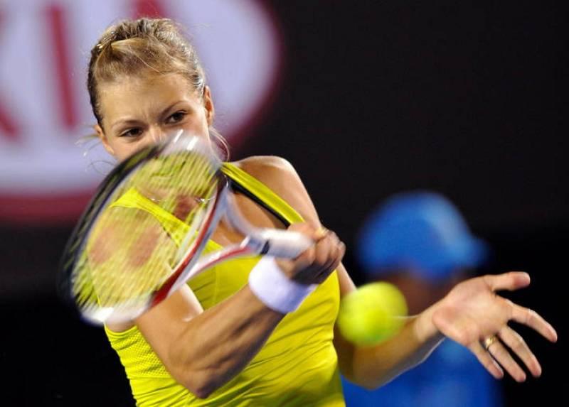La tenista rusa Maria Kirilenko devuelve la bola a su compatriota Maria Sharapova durante el partido del Abierto de Australia.