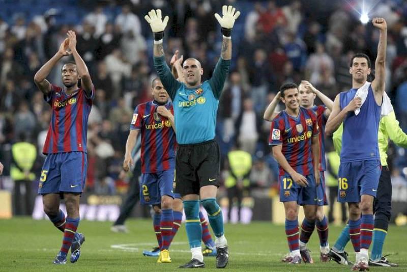 Los jugadores del FC Barcelona saludan a sus aficionados celebrando la victoria frente al Real Madrid por 0-2
