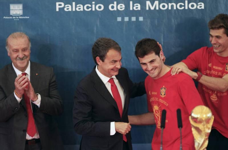 Zapatero felicita al capitán de la selección española de fútbol, Íker Casillas.