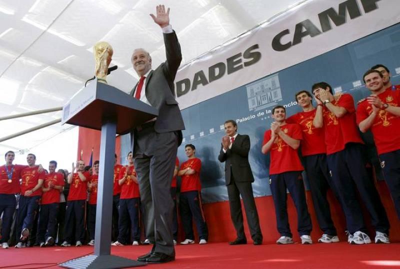 El seleccionador nacional de fútbol, Vicente del Bosque, acompañado por los jugadores y por el presidente del Gobierno, José Luis Rodríguez Zapatero, saluda a la afición.