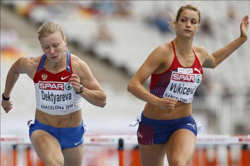 La atleta rusa Tatyana Dektyareva (izda) y la noruega Christina Vukicevik (dcha) durante su participación en la cuarta serie de la prueba de 100 m vallas en el Campeonato de Europa de Atletismo Barcelona 2010.