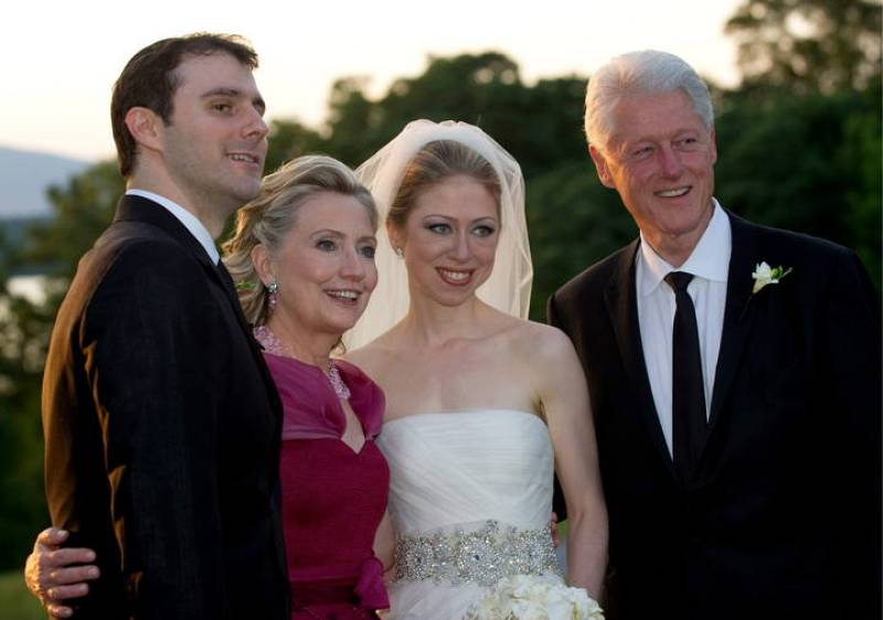 Chelsea Clinton y Marc Mezvinsky, recién casados, junto a los orgullosos padres de la novia, el ex presidente de EE.UU., Bill Clinton y la actual secretaria de Estado, Hillary Clinton.