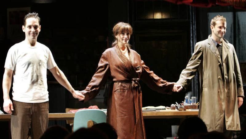 Julia Roberts saluda junto a sus compañeros de reparto en una producción teatral en Broadway, abril de 2006