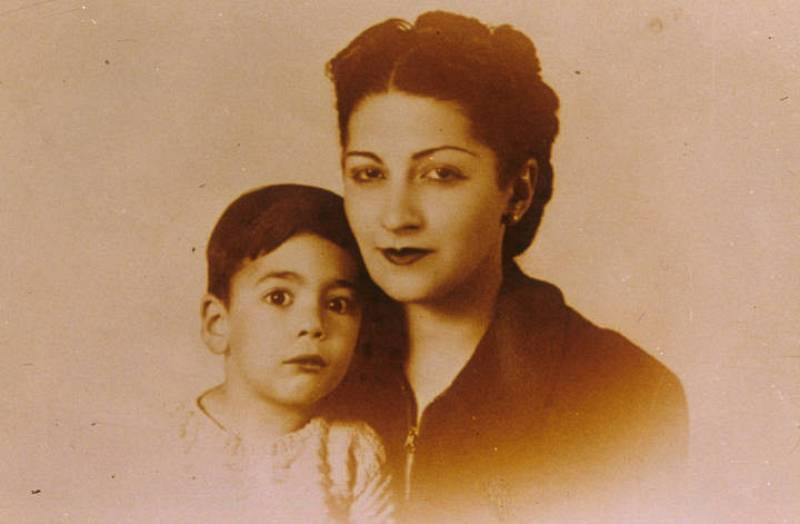 Vargas Llosa junto a su madre
