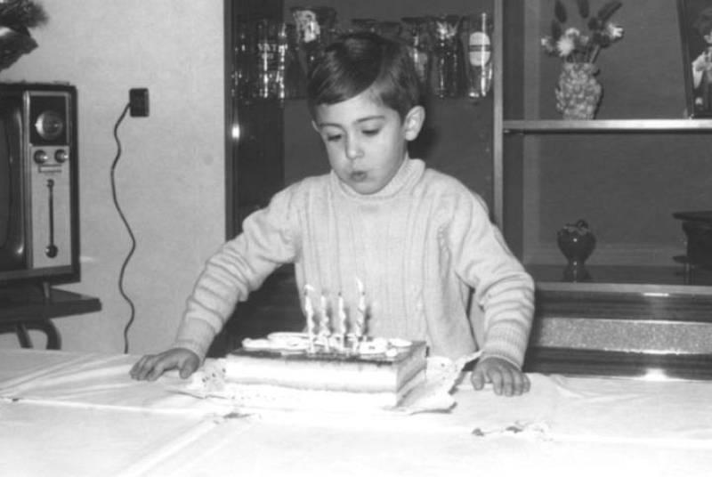 Joan Puigcercós sopla las velas de su cuarto cumpleaños (nació en Ripoll, Girona, 02/12/1966)