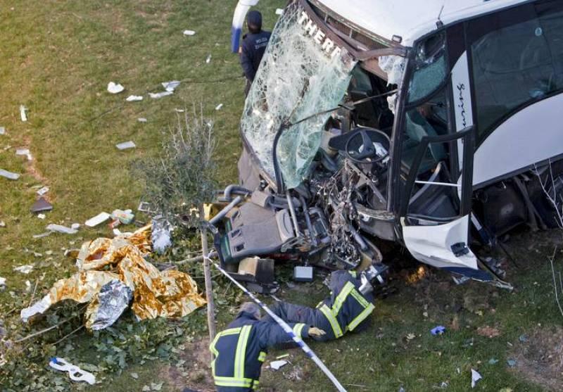 Los bomberos inspeccionan el autobús tras el accidente en el que 38 trabajadores han resultado heridos de diversa consideración.