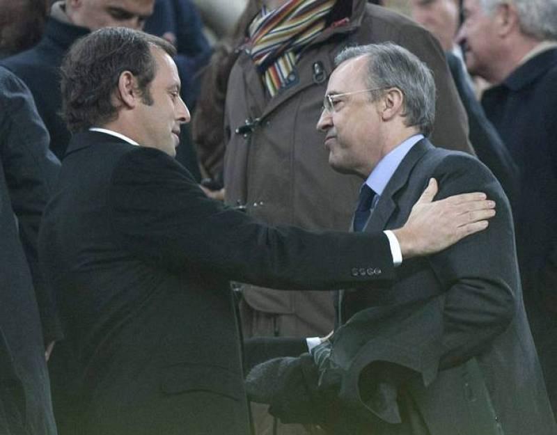 Florentino y Rosell se saludan al inicio del partido en el palco