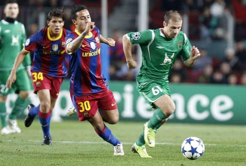 El centrocampista del F.C. Barcelona Thiago Alcántara (i) pelea un balón con el centrocampista turco del Rubin Kazán, Gökdeniz Karadeniz.