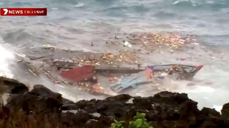 Los restos del barco en el que viajaban decenas de inmigrantes en busca de asilo tras hundirse en la isla australiana de Christmas (Navidad)