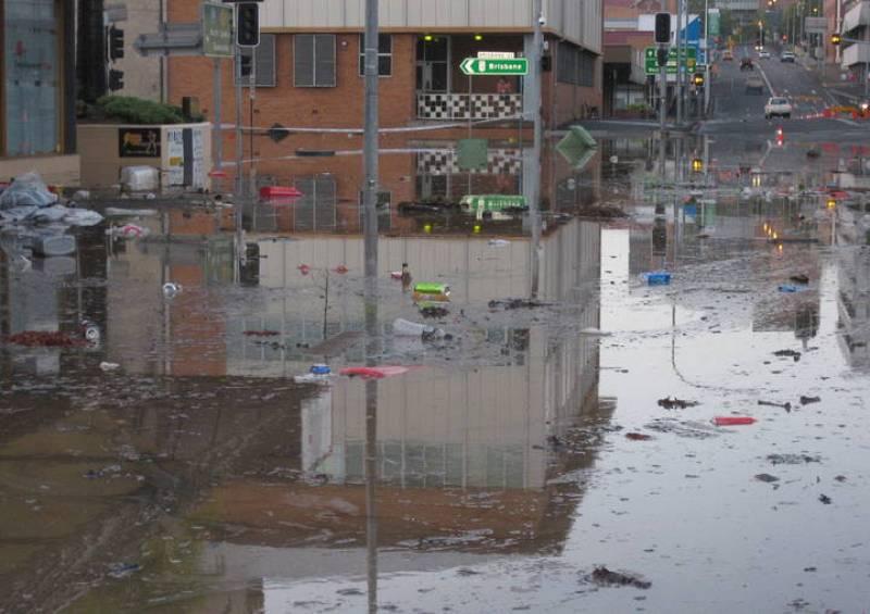 Numerosos escombros flotan sobre una calle inundada en la ciudad de Ipswich